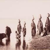 Pascal Sébah Fellachinnen beim Wassertragen am Nil-Ufer, Beni-Hassan, Ägypten Um 1870, Kollodiumpapier Ankauf Antiquariat Fahl, 2010 © Münchner Stadtmuseum