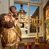 Blick durch das Fenster auf dasAlte RathausinBamberg Geschichte1387 wurde das Rathaus erstmals erwähnt und in der Zeit zwischen 1461 und 1467 neu gebaut, sodass es die heutige Gestalt annahm. In dieser Bauphase wurde es hauptsächlich von der Gotik beeinflusst. (c) Oliver Giel