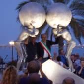 La scultura rappresenta due persone, ognuna con la sua sfera pesante, da portare all'insù.  Sembrano essere due Sisifo. PH Michele Armillotta PH Michele Armillotta