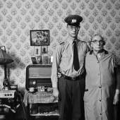 Frau Töpfer und ihr Enkel René in der Einraum- wohnung, 1986