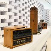 Blick in die Ausstellung auf verschiedene Geräte, deren Handhabung oder Funktion heute in Vergessenheit gerät.  © Wolfgang Lackner