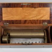 Musikdose «Forte-Piano». Hersteller unbekannt, Genf um 1835. 3 Musikstücke; 2 Stimmkämme: Forte-Kamm mit 113 Tönen, Piano-Kamm mit 77 Tönen. Die grafische Einteilung des Zylinderumfanges (Längslinien) deutet auf François Nicole als Hersteller hin. 42,5 x 19 x 13,5 (28) cm (L. x T. x H., ( ) H. mit geöffnetem Deckel). (c) Museum für Musikautomaten Seewen SO