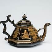 Lot 723 Seltene frühe Teekanne mit Lackbemalung Rotes Böttger-Steinzeug, schwarzbraune Glasur, gepinselter und gepuderter Lackdekor in Gold, Mattgold und Rottönen. H 10, B 16,8 cm. Meißen, um 1710 – 15, das Modell dem Hofsilberschmied Johann Jakob Irminger, zugeschrieben, die Bemalung Martin Schnell, zugeschrieben Schätzpreis: € 130.000 – 150.000,-