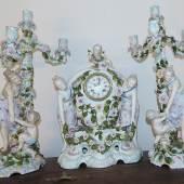 Prunk-Porzellanpendule mit Kerzenleuchter,Manufaktur Sitzendorf mit französischem Pendulenwerk mit Schlag,8 Tage, 2.Hälfte 19.Jh.