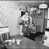 Herlinde Koelbl Monika E.; München, aus der Serie: Das Deutsche Wohnzimmer Vor 1980, Gelatineentwicklungspapier Ankauf Herlinde Koelbl, 2012 © Herlinde Koelbl