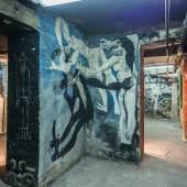 Blick in den Bilderkeller, im Vordergrund Wandbild von Harald Metzkes und Manfred Böttcher © VG Bild-Kunst, Bonn 2018, Foto: Andreas FranzXaver Süß