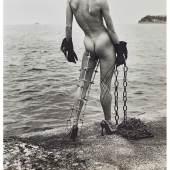 2092 Newton, Helmut  1920 Berlin - 2004 Los Angeles. «Nude in black gloves with metal leg support by the sea». Silbergelatineabzug auf festem Papier. Verso sign., «Monte-Carlo, 1994» dat., bet. und 1/5 num.  H. 102, B. 98,5 cm (Blattgröße). Limit: 3500,- EUR