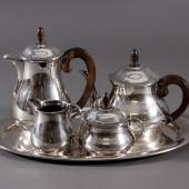 Los-Nr. 1577 Art Deko Tee- / Kaffeekern, Deutsch, Sterlingsilber 5-teilig, Kaffeekanne, Teekanne, Zucker- und Milchbehälter, sowie Tablett. Kannen mit Holzgriffen... Ausruf: 1.250,00 €