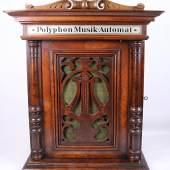 Musikautomat Polyphon, um 1890, Spielwerk für 28 cm Blechplatten in einem Holzkasten im Stil des Historismus, seitlicher Münzeinwurf 2 Heller, inkl. 22 Blechplatten, Rufpreis € 500