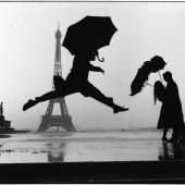 Los 110 ELLIOTT ERWITT (* 1928) Paris, 1989 Silbergelatine-Abzug, 2012, signiert € 5.000 / € 8.000 – 10.000