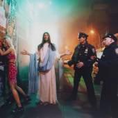116001576 David LaChapelle Intervention (aus der Serie: Jesus is my Homeboy), 2003. Farbfotografie Schätzpreis: € 30.000