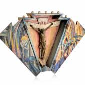 708   Deutscher Künstler, Expressionistischer Wandaltar. Wohl frühe 1920er Jahre.  Mischtechnik über Bleistift auf Sperrholz und Nadelholz, gesägt, geschnitzt und montiert, Metall. Unsigniert. Aufklappbarer Korpus, weiß grundiert sowie mit Wasserfarben über Blei polychrom gefasst und fixiert. Polygoner Längsschnitt mit acht Ecken, davon zwei Ecken im oberen Bereich konkav eingezogen.