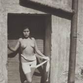 11 – Los 41 MANUEL ÁLVAREZ BRAVO (1902–2002) 'La Desvendada' (Die Enthüllte), Mexiko 1938 Platinum-Print, geprintet in den 1980er Jahren 22,1 x 15,4 cm Im Rand vom Fotografen signiert € 3.000 / € 5.000-6.000