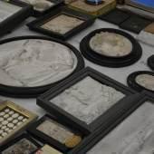 RAUS MIT DER KUNST! Gerahmte Gipsreliefs, die für die Verpackung vorbereitet werden  © TLM