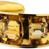 Citrin-Armreif Gelbgold 750. 5 Citrine im Smaragd-Schliff, zusammen ca. 63 ct. Innen-D ca. 6.4 cm. Breite vorne 28 mm. 56 g. Provenienz: Privatsammlung Ostschweiz  CHF 2600.–