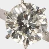 Ungefasster Diamant im modifizierten Brillantschliff von ca. 4,07 cts., im geringen Farb- und oberen Reinheitsgrad, dazu Ringfassung, 21,6 K WG oder Platin, RW 52, ca. 4,0 g - Expertise DPL Nr. UZ 471 06/2013 liegt vor , Mindestpreis:40.000 EUR