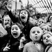 Los 121 ALFRED EISENSTAEDT (1898–1995) Kinder bei einem Puppenspiel, Paris 1963 Silbergelatine-Abzug, 1970er-Jahre, signiert und gestempelt € 7.000 / € 12.000 – 14.000