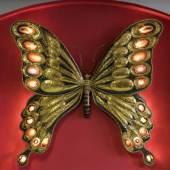 Schmetterling als Wandskulptur. Messing mit bunten Achaten, die von hinten beleuchtet werden können. Sign. Richard Faure; in den 1970-er/1980-er Jahren in Paris tätiger Bildhauer und Designer