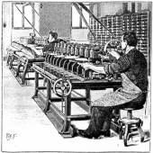 Ein Arbeiter stanzt gleichzeitig 12 Blechplatten