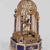 ngvogelkäfig mit Vogelautomat Vogelautomat mit einem Vogel, der Flügel Schnabel und Schwanz bewegt Gehäuse aus Gold mit Emailmalerei, reiche Verzierungen mit Perlen und Gravuren der eigentliche Käfig ist aus Golddraht und wird von vier Säulen gehalten, auf denen kleine Pokale mit Perlen thronen achteckiger Sockel mit Prankenfüssen Höhe 20 cm Hersteller unbekannt, vermutlich Genf, um 1820 LM 71533