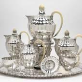 Otto Prutscher (1880 Wien 1949), Großes achtteiliges Tee- und Kaffeeservice, Entwurf Oktober 1918, Ausführung J. C. Klinkosch, Wien, Silber, Elfenbeingriffe, -henkel und -knäufe Schätzwert € 30.000 – 40.000