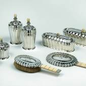 Otto Prutscher, achtteiliges Toiletteset, Wiener Werkstätte um 1920, Silber, reliefiert, geschnitztes Elfenbein Schätzwert € 50.000 – 80.000
