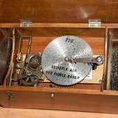 Eine kleine Plattenspieldose mit einem Plattendurchmesser von rund 10cm