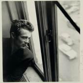 13 – Los 127 ROY SCHATT (1909–2002) 'James Dean looking out the window', New York 1954 Silbergelatine-Abzug, geprintet in den 1970er Jahren 20 x 19 cm Im Rand vom Fotografen signiert, rücks. Fotografenstempel € 1.800 / € 2.500-3000