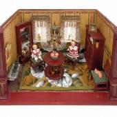 Nr. 140 Jugendstil-Puppenstube mit Jugendstil-Möbeln, viel Zubehör, zwei Ganzporzellan-Puppen, Breite 40 cm, Tiefe 24 cm, Höhe 26 cm Rufpreis € 1.200