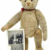 Nr. 162 Teddy mit frühem Steiff-Knopf, Schuhknopf-Augen, H. 30 cm, dazu zwei alte Fotos mit dem kleinen Besitzer Rufpreis € 500