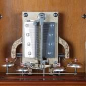 Das Innenleben einer Plattenspieldose mit Glockenspiel