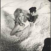 Kat. Nr. 151 Christian Skrein, Selbstportrait mit Miss Austria im Styropor-Schwimmbad, 1968, 52 x 50,5 cm, Schätzwert € 3.000 – 4.000