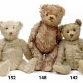 Nr. 152, 148, 142 Teddy von Steiff, früher Knopf mit langgezogenem Knopf und Resten der weißen Fahne, Höhe 40 cm Hermann Bär, Höhe 40 cm, Früher Steiff Teddy, früher Knopf mit langgezogenem F, Schuhknopfaugen, Höhe 26 cm Rufpreise € 900/190/500