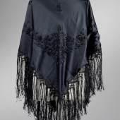 154  Schultertuch, 1930er/40er Jahre  schwarze Seide  Länge oben ca. 185 cm  Rufpreis € 180