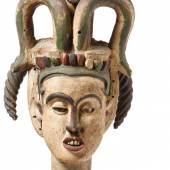 Sehr hoher, janusköpfiger Tanzaufsatz der Igbo (Ibo) — Nigeria, um 1900 — Holz mit alter, originaler Fassung. H. 83 cm, auf modernem Holzsockel, gesamt H. 90 cm. - Aus der Sammlung Gernsheim.