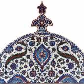 Abb.: Fliesenbogen, Iznik/Türkei, Osmanische Dynastie, Mitte 16. Jh., Quarzfritte mit Glasur, Foto: Maria Thrun/MKG