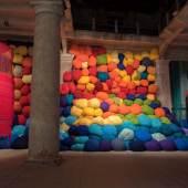 Sheila Hicks, Escalade Beyond Chromatic Lands, 2017 Installationsansicht, Arsenale, Biennale di Venezia Foto: Cristobal Zanartu © VG Bild-Kunst