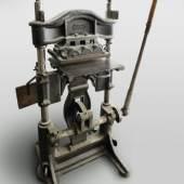 Kniehebelpresse, um 1900, hergestellt von der Firma Josef Anger; TLMF  © TLM