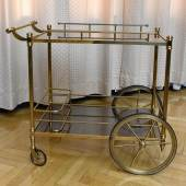 Servier- bzw. Barwagen,2. Hälfte 20. Jh., Metallgestell auf Rädern, 2 Glasablageflächen, 88 x 95 x 59 cm erzieltes Meistbot € 5.500