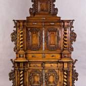 Kabinettschrank im Renaissance-Stil. Architektonisch gegliederter Korpus. Risalitartig vorspringende Plinthen, darauf Wendelsäulen. Ausrufpreis:8000 Euro