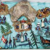 GEORG HEYDE Dänisches Lager, um 1900, plastische Zinn-Kompositionsfiguren, 5 cm, Lagerleben, Geländeteile, Bäume, Fahrradfahrer, Munitionswagen, in altem Kart., evtl., zu einer anderen Serie passend, Limit 1600 EUR