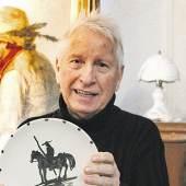 Der von Picasso handsignierte Teller in den Händen von Detlef Jentsch ist ein echter Zufallsfund. Im Hintergrund sieht man ein Gemälde von Agathe Roestel, das am 1. Dezember ebenfalls versteigert wird. | © Nicole Hille-Priebe