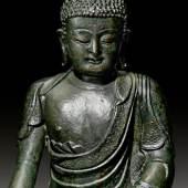 BUDDHA SHAKYAMUNI China, Ming-Dynastie. Datiert Chenghua 6 (1470), H 41 cm. Ergebnis: CHF 98 000