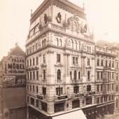 """In dem Haus Kärntnerstraße 45 war ein """"orientalisches"""" Kaufhaus von N. & G. Zacchiri untergebracht, Fotografie von August Stauda, 1899, Wien Museum"""