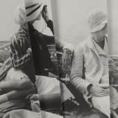 18 CAROLINE HEIDER 4 Modelle (Vogue 1928, Edward Steichen S. 32), 2005 Caroline Heider © Bildrecht, Wien