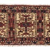 Tekke Kap, Westturkestan, ca. 23 x 67 cm, Mitte 19. Jahrhundert, es sind nur noch wenige dieser Kleinsttaschen überliefert, welche zur Aufbewahrung heikler Gegenstände dienten, teilweise in Seide, in sehr feiner Knüpfeinstellung, Schätzwert € 4.500 - 5.000