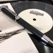 """Montblanc Donation Pen """"John Lennon"""", Kugelschreiber, Metall, teilweise platiniert, Edelharz, Clip in Form eines Gitarrenhalses, Plakette mit Lennon-Porträt, Originaletui, mit Single-Schallplatte """"Imagine"""", Rufpreis € 400"""