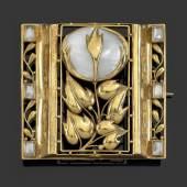 Josef Hoffmann, Brosche in originaler Lederschatulle, Wiener Werkstätte, vor 1912, Gold, Perlmutt, Mondsteine, 4,1 x 4,1 cm, in den letzten Jahren war diese Brosche im Schmuckmuseum Pforzheim ausgestellt. Es wurde nur ein Exemplar von dieser Brosche ausgeführt, Schätzwert € 60.000 - 120.000