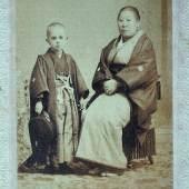 Die adelige Naka Tanabe, Gattin eines Lehensfürsten, mit ihrem Enkel Jean Schoene.