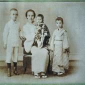Tori Tanabe mit ihren drei Kindern, rechts Anna im Kimono.